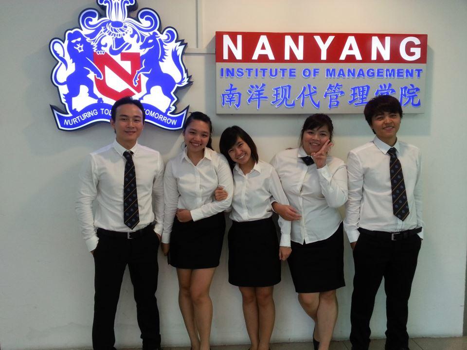 5036f574_Sinh-vien-Khoa-V-tai-Hoc-Vien-Quan-Ly-Nanyang